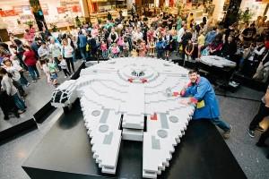 父子用20万块乐高积木搭出了星战千年隼号模型
